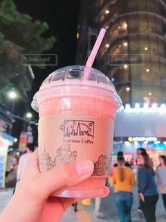 飲み物,夜,屋外,ピンク,手,オシャレ,韓国,スムージー,ドリンク,お洒落,ピンク色,桃色,pink,夜の街,ピンクグレープフルーツ,明洞,おしゃれ,のみもの