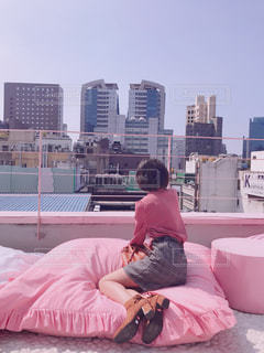 女性,ビル,屋外,ピンク,青空,足,全身,景色,人,ショートヘア,韓国,ピンク色,桃色,pink,明洞,ピンクプールカフェ,スタイルナンダ,ピンクホテル