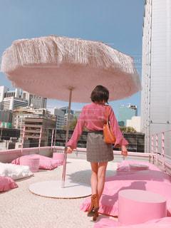 女性,ビル,屋外,ピンク,青空,足,全身,景色,クッション,人,ショートヘア,屋上,韓国,美脚,ピンク色,桃色,pink,明洞,ピンクプールカフェ,スタイルナンダ,ピンクホテル