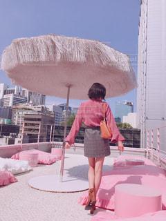女性,ビル,屋外,青空,全身,景色,クッション,人,ショートヘア,屋上,韓国,美脚,ピンク色,桃色,pink,明洞,ピンクプールカフェ,スタイルナンダ,ピンクホテル