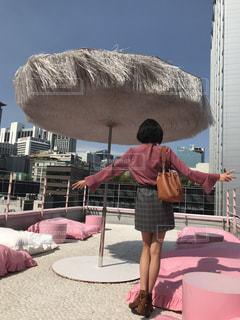 女性,ビル,屋外,青空,足,全身,景色,クッション,人,ショートヘア,屋上,韓国,美脚,ピンク色,桃色,pink,明洞,ピンクプールカフェ,スタイルナンダ,ピンクホテル