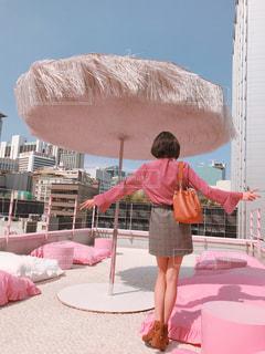ビル,屋外,青空,足,全身,景色,黒髪,クッション,ショートヘア,屋上,韓国,美脚,ピンク色,桃色,pink,明洞,ピンクプールカフェ,スタイルナンダ,ピンクホテル