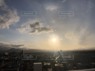 空,群衆,屋外,太陽,雲,光,高層ビル,日中,クラウド