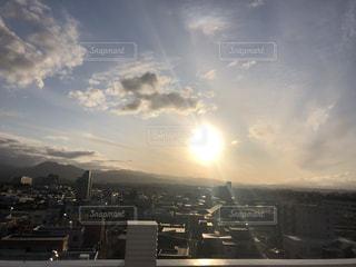 空,建物,群衆,屋外,太陽,雲,光,都会,高層ビル,くもり,日中,クラウド