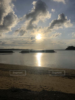 海,空,屋外,湖,太陽,ビーチ,雲,船,水面,海岸,光,くもり,クラウド