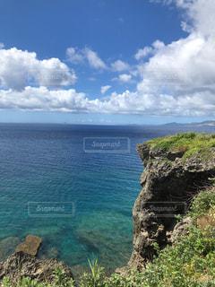 水の体の真ん中に岩の島の写真・画像素材[1409801]