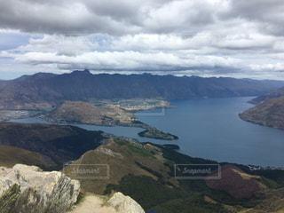 背景の山と水の大きな体の写真・画像素材[1410433]