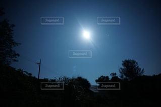夜に見上げる空の景色の写真・画像素材[1473469]