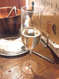 テーブル ワインのグラスの写真・画像素材[1411429]