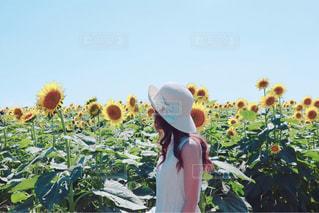 花を持っている人の写真・画像素材[1413587]