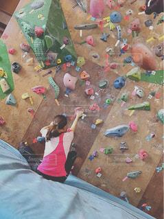 アウトドア,スポーツ,屋内,カラフル,後ろ姿,室内,女,女子,女の子,運動,登る,アクティブ,フォトジェニック,スポーティ,ボルタリング,インスタ映え