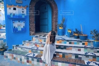青い壁とカラフルな階段の写真・画像素材[2750391]
