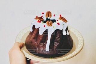 食べ物,スイーツ,カフェ,ケーキ,屋内,手持ち,デザート,おやつ,人物,ナッツ,チョコレート,甘味,誕生日,ポートレート,チョコレートケーキ,マフィン,手作りスイーツ,誕生日ケーキ,ライフスタイル,草木,ホワイトチョコ,手元,アイシング,ピーカンナッツ,クグロフ,ベーキング