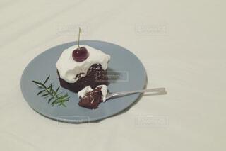 皿の上のケーキの写真・画像素材[4294160]