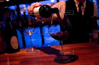 ワインのグラスを持っている人の写真・画像素材[1630520]