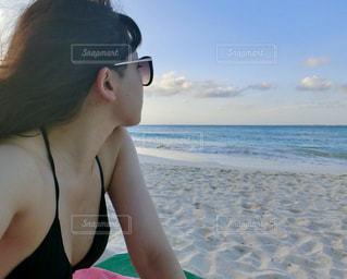 ビーチに座っている女性の写真・画像素材[1413216]