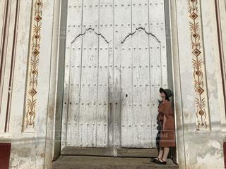 女性,屋外,海外,白,女の子,扉,人物,人,旅行,ドア,キューバ,ホワイト,トリニダー