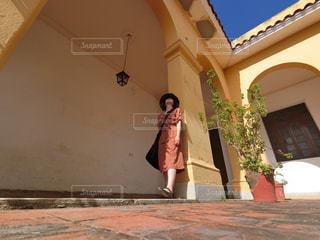 女性,ファッション,建物,カラフル,黄色,女の子,人物,人,イエロー,キューバ,海外旅行,トリニダー