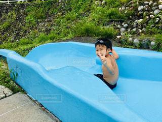 夏のプール これからウォータースライダーに挑戦する男の子の写真・画像素材[1417952]