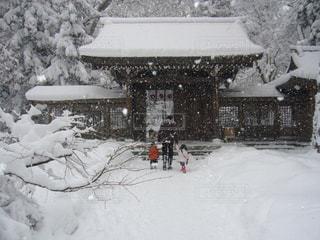 雪に覆われた家の写真・画像素材[1743798]