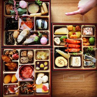 おせち料理と子どもの手の写真・画像素材[1734371]