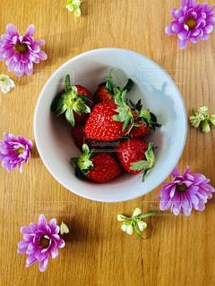 食べ物,花,ピンク,赤,白,カラフル,フラワー,鮮やか,苺,フルーツ,器,グリーン,華やか,イチゴ,うつわ,ヘタ