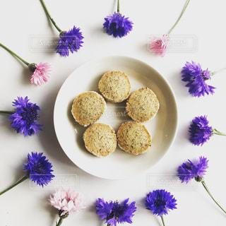 花に囲まれた手作りクッキーの写真・画像素材[2136900]