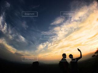曇り空を歩いている人々 のグループの写真・画像素材[1846218]