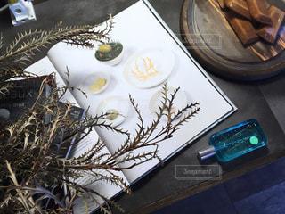 テーブルの上に食べ物のプレートの写真・画像素材[2084147]