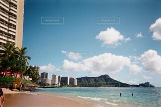 海,建物,絶景,海外,ビーチ,雲,砂浜,山,景色,街,観光,旅行,ヤシの木,ホテル,ハワイ,リゾート,海外旅行