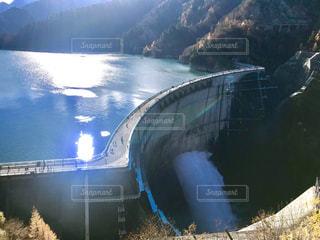 黒部ダムの放流の写真・画像素材[1601186]