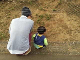 子ども,公園,屋外,親子,後ろ姿,散歩,人物,背中,人,後姿,地面,幼児,少年,男の子