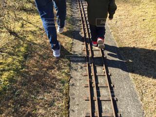 公園,屋外,親子,後ろ姿,散歩,線路,夕方,影,草,人物,背中,人,後姿,男の子