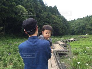 子ども,公園,屋外,森,親子,後ろ姿,散歩,人物,背中,人,後姿,幼児,少年,男の子