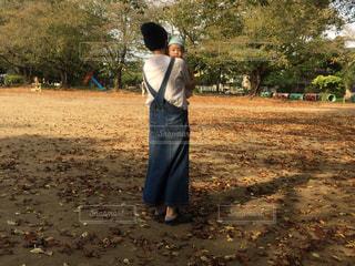 子ども,自然,公園,木,屋外,森,緑,親子,後ろ姿,散歩,人物,背中,人,後姿,幼児,男の子
