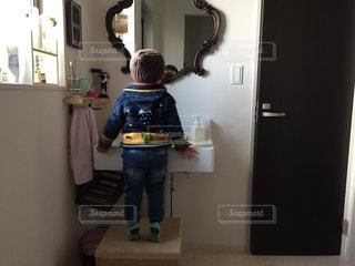 子ども,後ろ姿,鏡,背伸び,人物,背中,人,後姿,幼児,男の子,洗面所