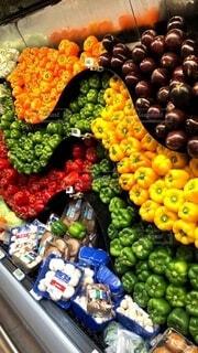 食べ物,緑,赤,カラフル,綺麗,紫,黄色,オレンジ,果物,野菜,サラダ,食品,八百屋,ピーマン,たくさん,陳列,美味しい,新鮮,艶,スーパーフード,メインディッシュ,丸かじり,食材,彩,パプリカ,夏野菜,メイン,フレッシュ,彩り,ベジタブル,ツヤ,鮮度,新鮮野菜,副菜,工夫,自然食品,採れたて野菜,ベジタリアンフード,食感,ビーガン栄養