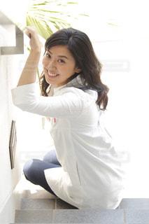 白いシャツを着た女性の写真・画像素材[2742103]