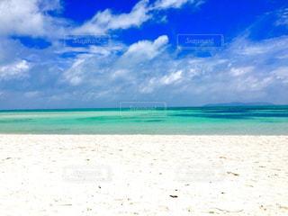 海の横にある砂浜のビーチの写真・画像素材[1426496]