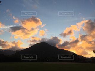 山と夕陽 グラウンドから見える景色の写真・画像素材[1426702]