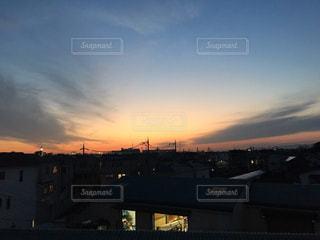 バック グラウンドで市と水体に沈む夕日の写真・画像素材[1427094]