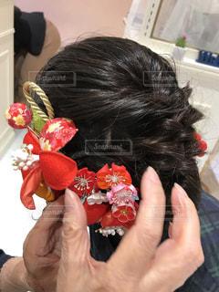赤と黒の髪を着ている人の写真・画像素材[1450809]