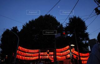 夜の赤信号を持つ人の写真・画像素材[1427872]