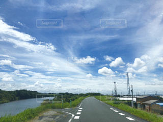 雨の合間の晴れ空の写真・画像素材[2418840]