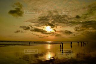 水の体に沈む夕日の写真・画像素材[1429851]