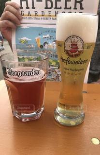 ラズベリービールと白ビールの写真・画像素材[1430666]