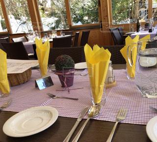 食事,食卓,カラフル,黄色,テーブル,レストラン,テーブルコーディネート,テーブルフォト,イエロー,お皿,色,黄,ナプキン,yellow,クロス