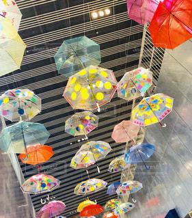 カラフルな傘の写真・画像素材[2355760]
