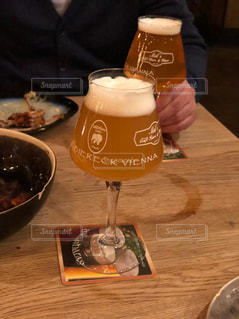 お酒,屋内,テーブル,人物,人,グラス,ビール,店内,乾杯,ドリンク,酒,アルコール,チアーズ