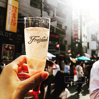 お酒,屋外,グラス,麻布十番,乾杯,ドリンク,シャンパン,酒,昼間,アルコール,シャンパングラス,スパークリングワイン,チアーズ,麻布十番祭り